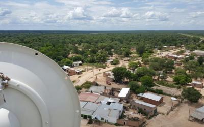 Ecom instaló torres de comunicación para avanzar en la conectividad educativa del sudoeste chaqueño